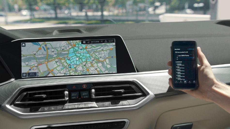 Auf dem Control Display des BMW 330e in der Mitte des Armaturenbretts ist die eDrive-Zone farblich gekennzeichnet.