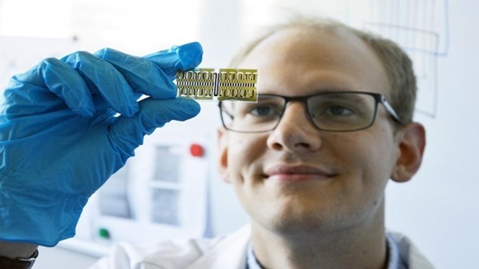 Auf dem Glasträger befinden sich hochempfindliche Gas-Sensoren aus dem 3D-Drucker.