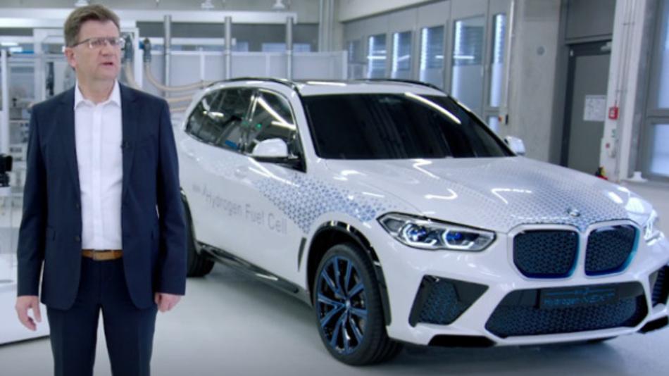 Klaus Fröhlich, Entwicklungsvorstand der BMW AG: »Wir sind überzeugt, dass künftig verschiedene alternative Antriebsformen nebeneinander existieren werden... Der Wasserstoff-Brennstoffzellen-Antrieb kann langfristig eine vierte Säule in unserem Antriebsportfolio werden.«