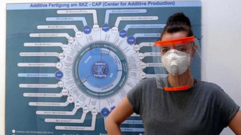 Anne-Katrin Gruska, wissenschaftliche Mitarbeiterin am SKZ, trägt ein am Center for Additive Production (SKZ) hergestelltes Gesichtsschild: Schutzausrüstung gegen die Virusausbreitung.