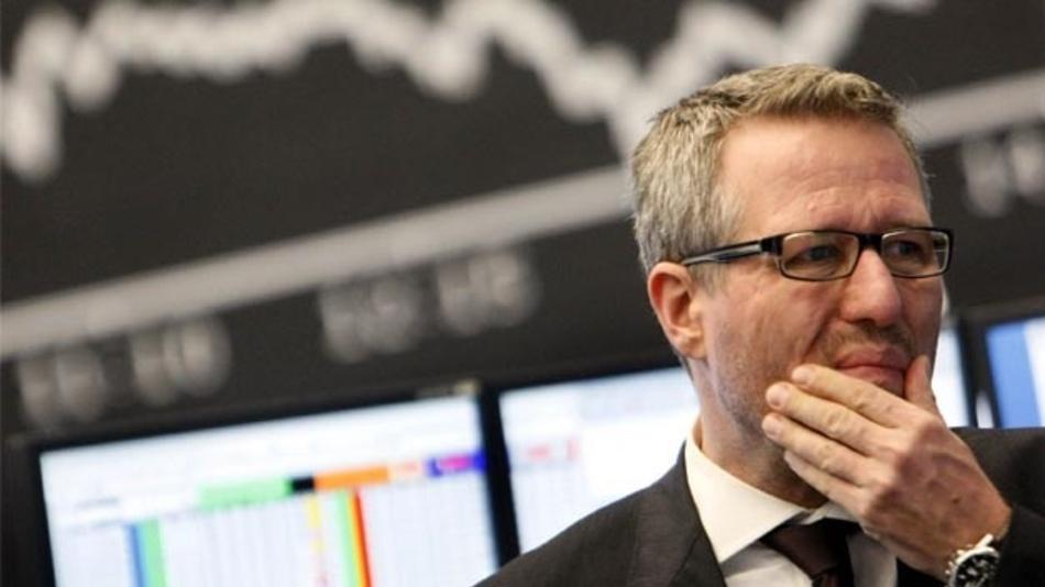 Frankfurt/Main: Ein Händler steht an der Börse vor der Dax-Kurve. Wird alles noch schlimmer als in der Finanzkrise 2008/2009? Hoffnung, dass der Vergleich hinkt, macht manche Weichenstellung der vergangenen Jahre.