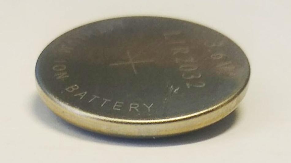 Die neue Protonenbatterie sieht aus wie eine herkömmliche Knopfzelle, besteht aber im Inneren aus organischen Materialien und basiert auf Protonen statt Lithium-Ionen.