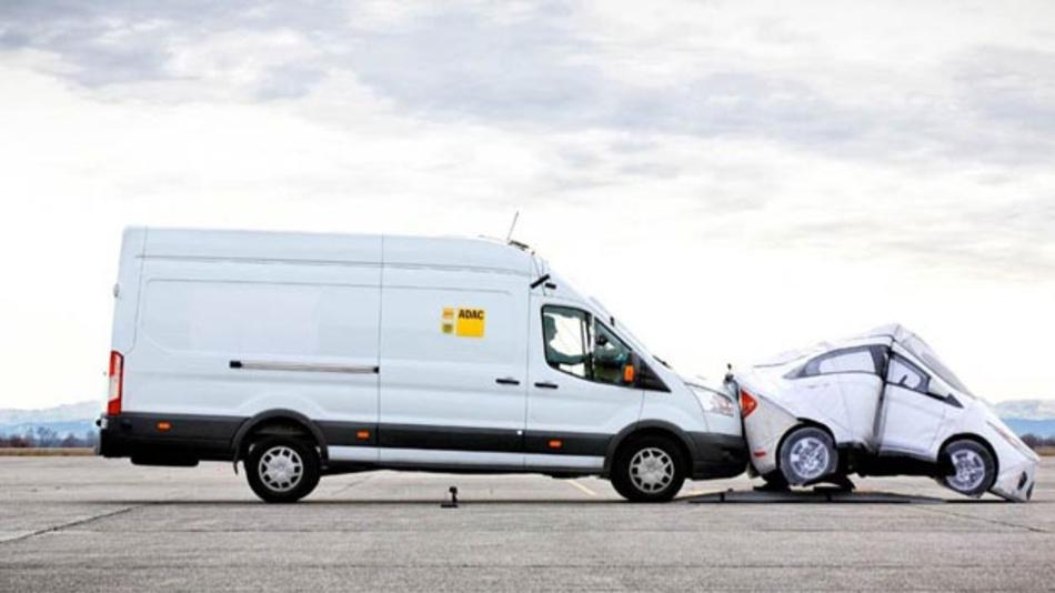 Notbremsassistenten sind lebenswichtig bei Transportern. Daher fordert der ADAC, diese schon vor der gesetzlichen Verpflichtung für Transporter als Serienausstattung anzubieten.