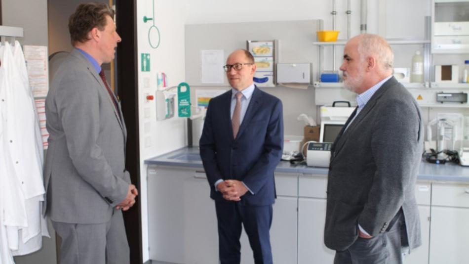 Fraunhofer-Vorstand Prof. Wehrspohn, Dr. Schlumberger, Vorstandsvorsitzender Euroimmun AG, und Prof. Charli Kruse, Einrichtungsleiter Fraunhofer-EMB (v.l.n.r.)