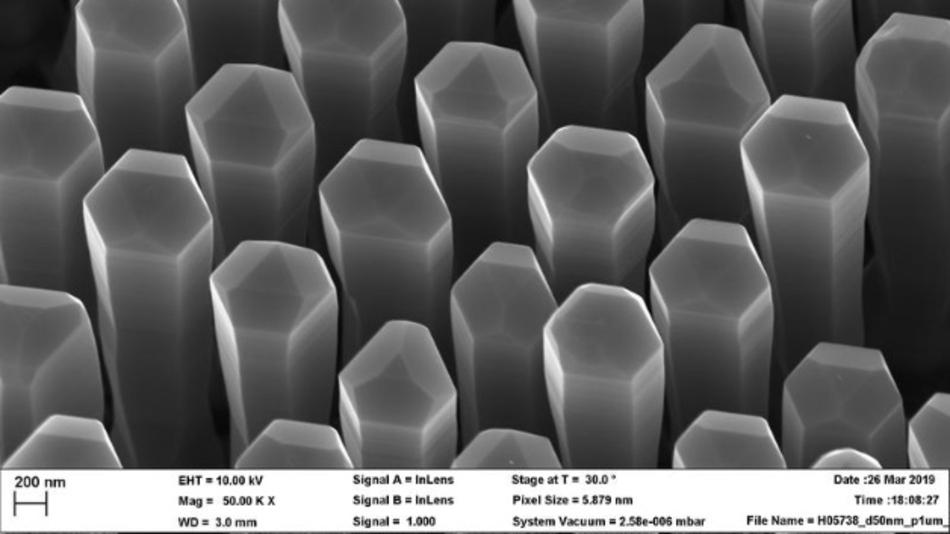 Nanodrähte aus Germanium-Silizium-Legierung mit hexagonalem Kristallgitter können Licht erzeugen. Sie könnten direkt in die gängigen Prozesse der Silizium-Halbleitertechnologie integriert werden.