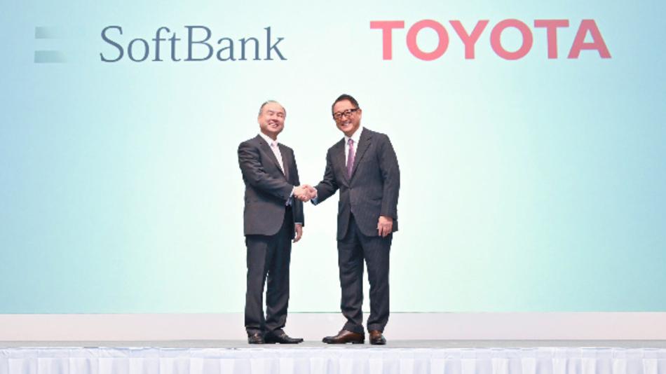 Ein Bild aus besseren Zeiten: Masayoshi Son, CEO der Softbank Group, und Akio Toyoda, CEO von Toyota, gründen im Oktober 2018 Monet Technologies, die autonom fahrende Autos und darauf basierende Dienstleistungen entwickeln soll.