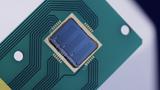 MEMS-Lautsprecher mit Abdeck-Chip auf PCB