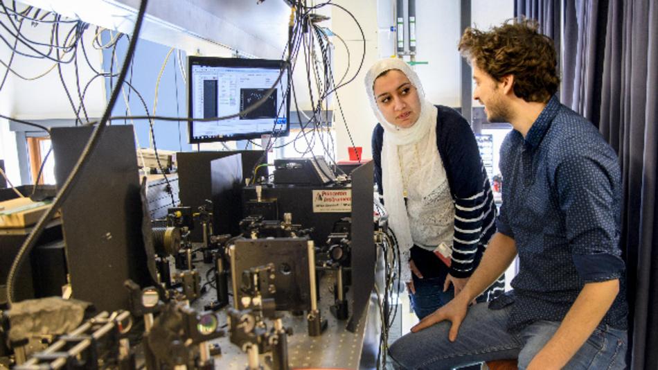 Die beiden Erstautoren Elham Fadaly (links) und Alain Dijkstra (rechts) arbeiten an einem optischen Aufbau zur Messung des emittierten Lichts. Die Emission aus der hexagonalen SiGe-Legierung erwies sich als sehr effizient und eignet sich dazu, einen siliziumkompatiblen Laser herzustellen.
