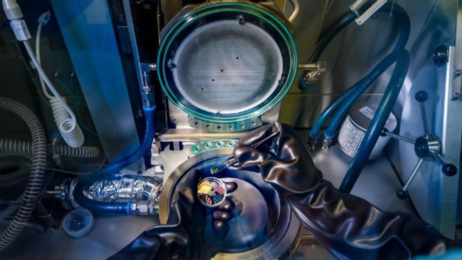 Ein Blick ins Innere der metallorganischen Gasphasenepitaxie (MOVPE). Mit dieser Maschine wurden die Nanodrähte mit hexagonalen Silizium-Germanium-Schalen gezüchtet.