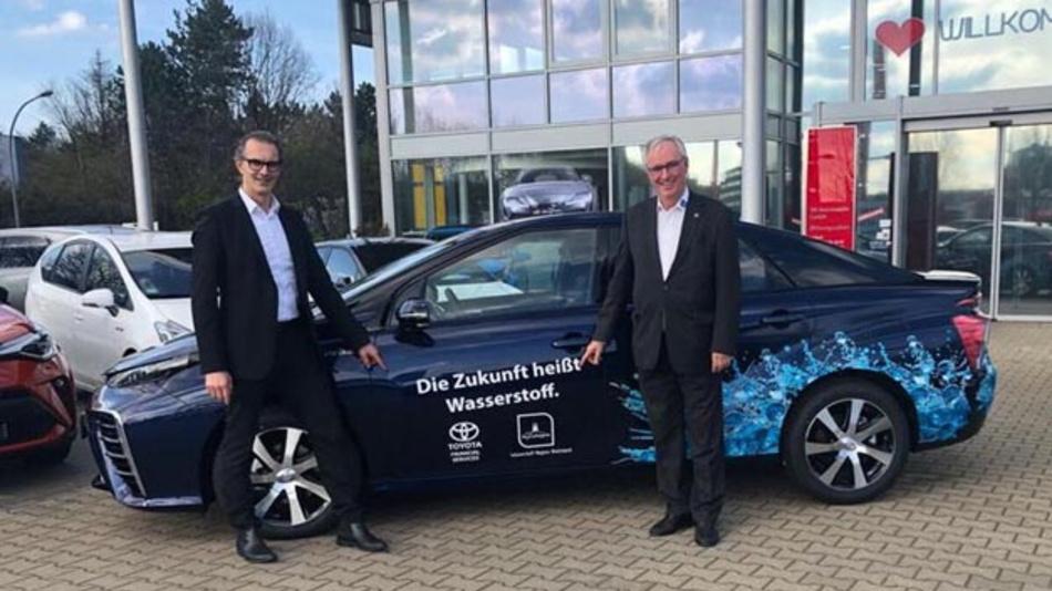 Mit großer Freunde nahmen HyCologne-Vorstand Dr. Albrecht Möllmann (rechts) und Projektmanager Carsten Krause das Fahrzeug Anfang März von Toyota entgegen.