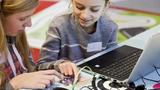 Bereits ab der Grundschule können Mädchen und Jungen den Calliope mini spielerisch auf der Open-Source-Plattform Open Roberta programmieren.
