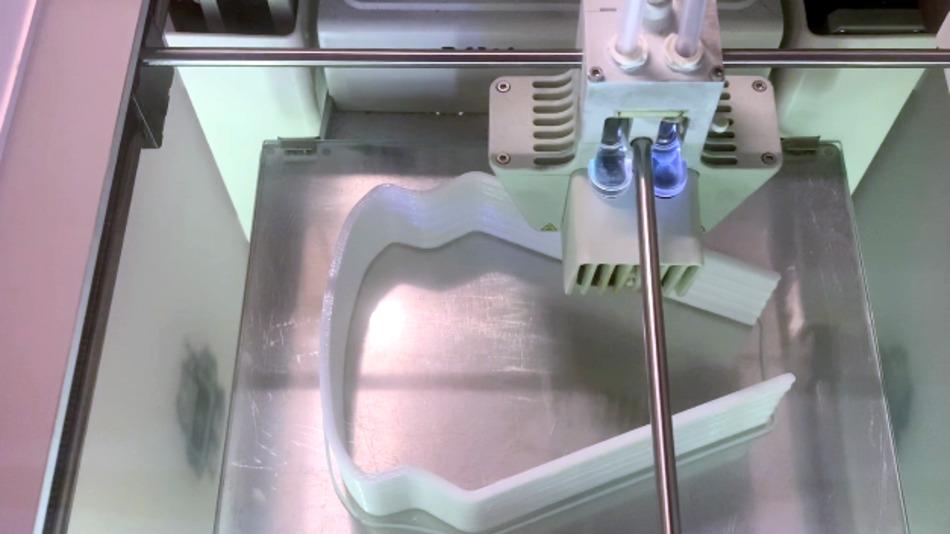 3D-Druck der Brillenbügel im Stapel für eine höhere Stückzahl.