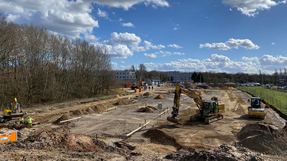 Bislang noch eine Baustelle: Am Autobahnkreuz entsteht derzeit Europas größter Ladepark für Elektrofahrzeuge.