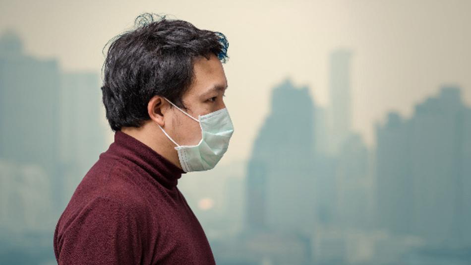 Schützt nicht nur vor Corona: In manchen Regionen der Welt tragen Menschen Gesichtsmasken wegen des Smogs.