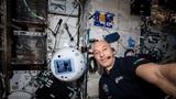 ESA-Astronaut Luca Parmitano arbeitet mit CIMON-2.