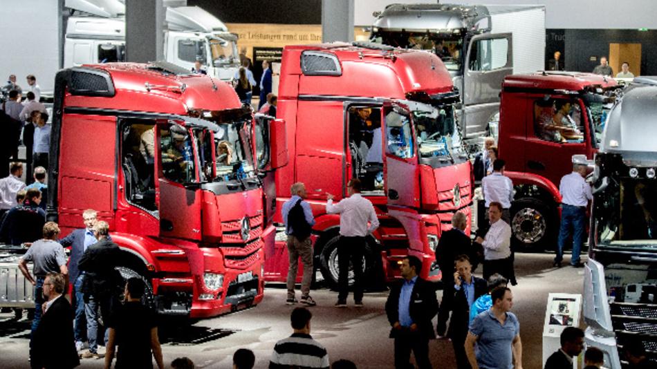 Ein Bild aus anderen Zeiten: Besucher der IAA Nutzfahrzeuge 2018 betrachten diverse LKW vom Typ Mercedes-Benz Actros am Stand von Daimler.