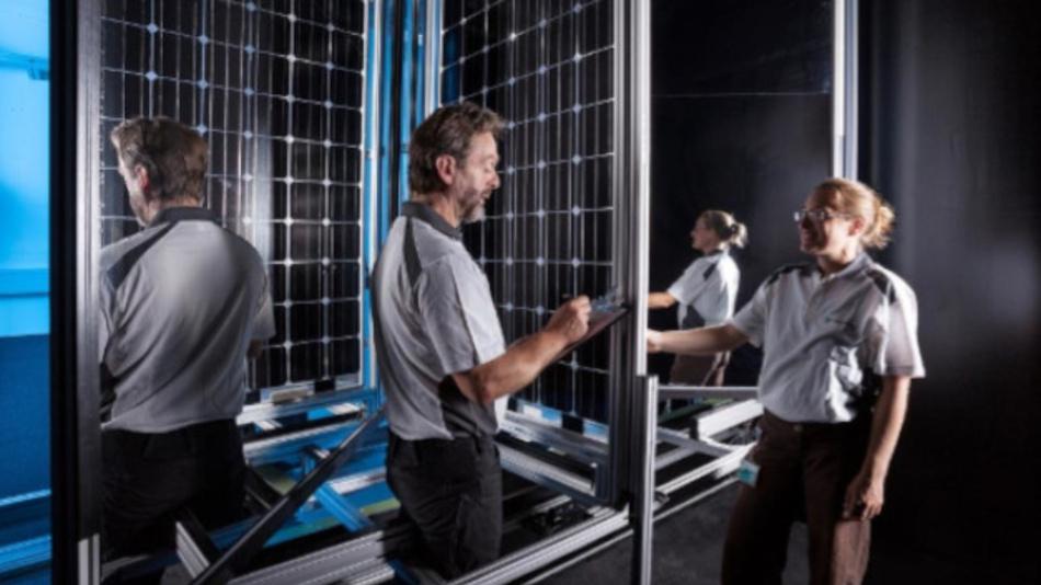 An einem selbst entwickelten Sonnensimulator vermessen die Mitarbeitenden des CalLab PV Modules bi-faziale Module, die auf beiden Seiten Strom erzeugen.