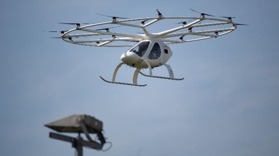 Sogenannte Volocopter sind elektrisch angetriebene Vehikel, die aussehen wie eine Mischung aus Hubschrauber und Drohne