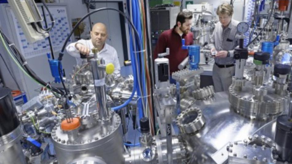 Dr. Ilia Valov (vorne links) im Oxidcluster am Forschungszentrum Jülich, in dem Experimente für die aktuelle Arbeit durchgeführt wurden. Im Hintergrund: Michael Lübben (Mitte) und Prof. Rainer Waser (rechts).