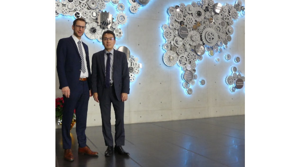 Stephen Huang und Tobias Schlichtmeier in der Firmenzentrale von Advantech in Taipeh.