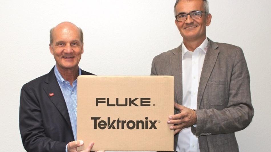 Hans Steiner (l., Vorstand von Datatec) und Adrian Schacht (Geschäftsführer von ekomess GmbH) freuen sich über den Vertragsabschluss