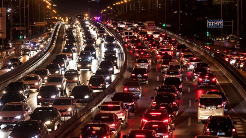 Fließender Verkehr sieht anders aus. Verkehrsabhängige Ampelsteuerung und intelligente Navigation können Abhilfe schaffen.