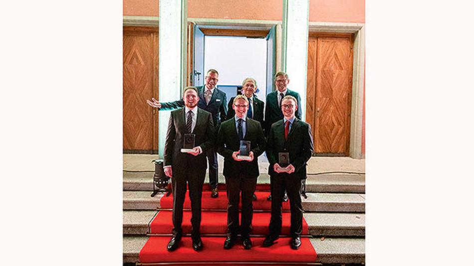 Die Gewinner des Applied Photonics Awards 2019 zusammen mit Andreas Tünnermann (Institutsleiter Fraunhofer IOF), Gérard Mourou (Nobelpreisträger Physik 2018) und Zeiss-Vorstandsvorsitzender Michael Kaschke vor dem Zeiss-Planetarium in Jena.