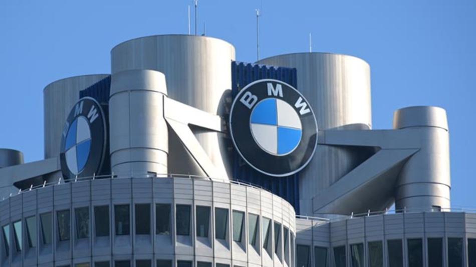 Der Münchner Automobilhersteller BMW steckt in der tiefen Krise. Der Betriebsrat befürchtet nun betriebsbedingte Kündigungen.