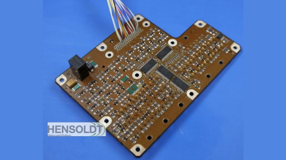 Additiv im 3D-Druckverfahren hergestellter Multilayer, mit auf beiden Seiten verlöteten Bauteilen.