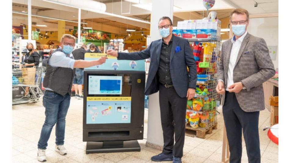 Premiere für den Verkaufsautomaten Harting Prevent: E-Center Marktleiter Stefan Hartmann (l.) freut sich über die offizielle Geräte-Übergabe durch den Harting Vorstandsvorsitzenden Philip Harting (m.) und Peter Weichert, Geschäftsführer der Tochtergesellschaft Harting Systems.