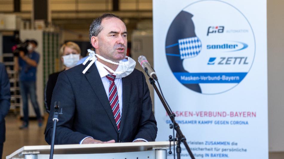 """Bayerns Wirtschaftsminister Hubert Aiwanger besucht PIA Automation anlässlich der Gründung des """"Maskenverbunds Bayern""""."""
