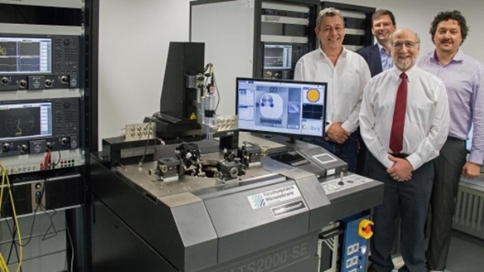 Keysight-Vertreter besuchten Anfang März das FBH und nahmen das Messsystem in Betrieb. Erste Reihe, v.l.n.r: Bernhard Schweiger (Regionaler Vertriebsbeauftragter) und Joel Dunsmore (Keysight Fellow), beide von Keysight Technologies. Hintere Reihe, v.l.n.r: Prof. Wolfgang Heinrich (Leiter der Abteilung Mikrowellentechnik), Dr. Olof Bengtsson (Gruppenleiter Mikrowellen-Messtechnik & Leiter des RF Power Lab), beide vom FBH.