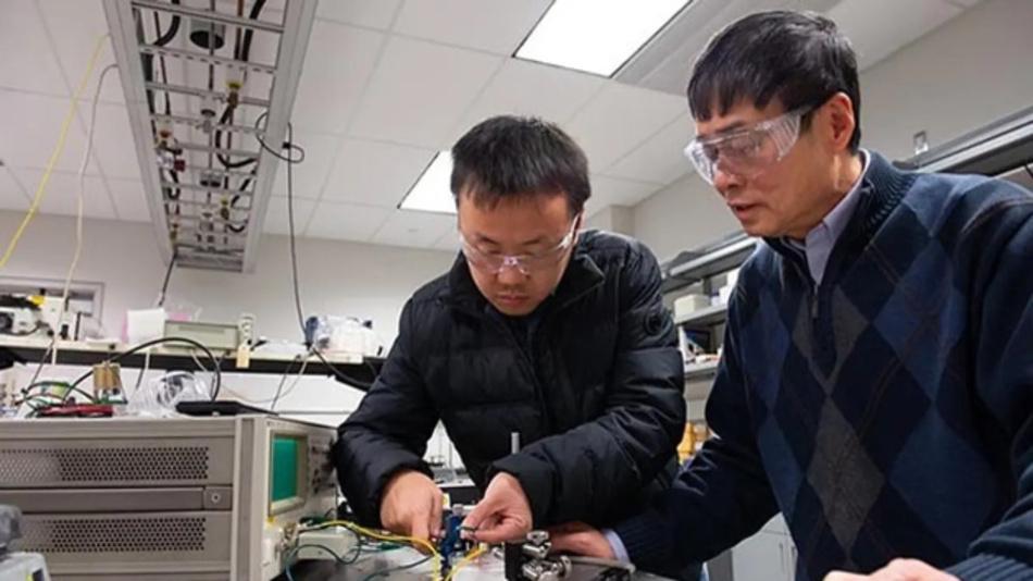 Xin Chen (links), Doktorand an der Fakultät für Materialwissenschaften und Ingenieurwesen an der Penn State University, und Qiming Zhang, Distinguished Professor für Elektrotechnik, testen auf diesem im Januar aufgenommenen Foto einen Folienkondensator.