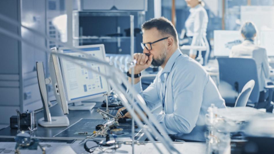 Elektronikentwickler bei der Arbeit.