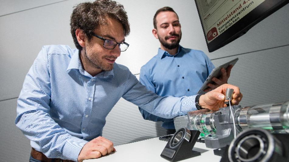 Steffen Klein (l.) und Christopher Schnur aus dem Team von Professor Andreas Schütze forschen an dem neuen Wartungssystem, das Sensoren an Industrieanlagen smart macht.