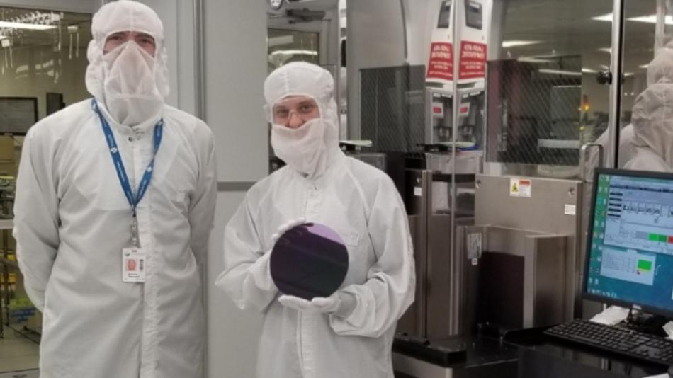 Die MIT-Forscher Anthony Ratkovich (links) und Mindy D. Bishop deminstrieren die Methode, mit deren Hilfe sich Carbon-Nanotube-Transistoren in kommerziellen Fabs für die Fertigung von ICs auf Siliziumbasis herstellen lassen.