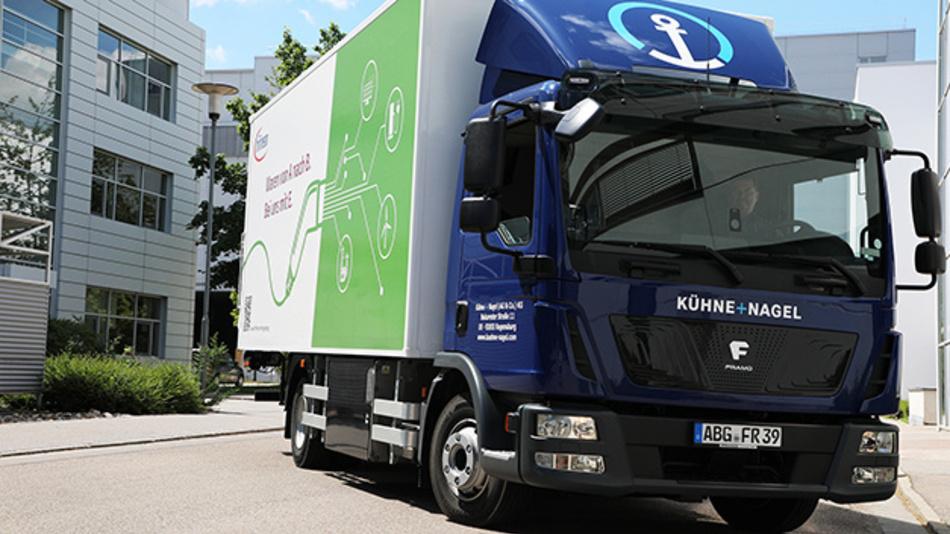 In kleinen Schritten zur Klimaneutralität. 18 Tonnen CO2 spart allein der neue eLKW in Regensburg.