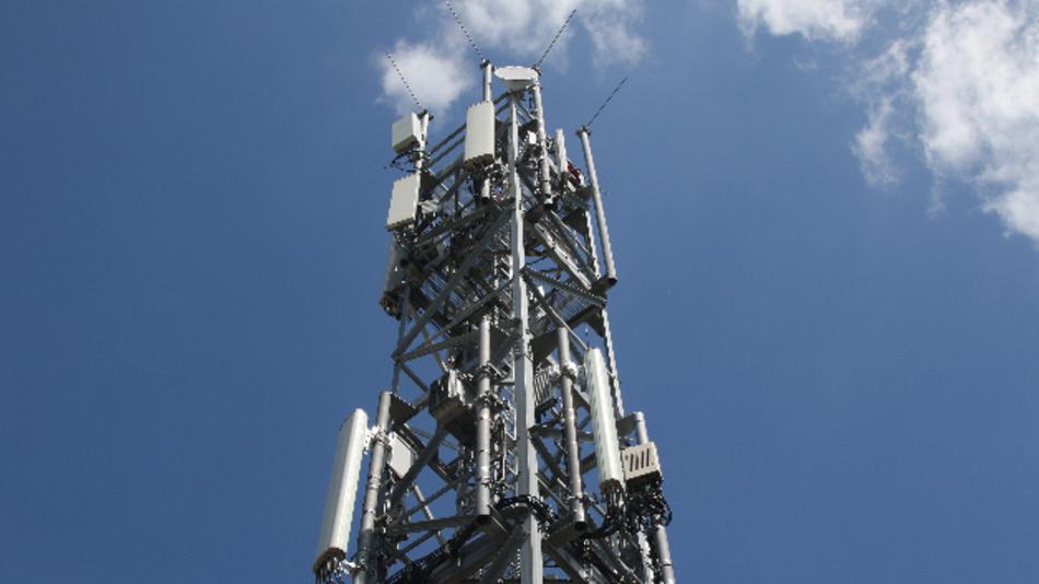 Ein Mobilfunkmast im Berliner Stadtteil Schmöckwitz in der Nähe des Hauptstadtflughafens BER. Auf dem 50 Meter hohen Turm, der gemeinsam von Telefónica und Vodafone genutzt wird, befinden sich inzwischen auch 5G-Antennen.