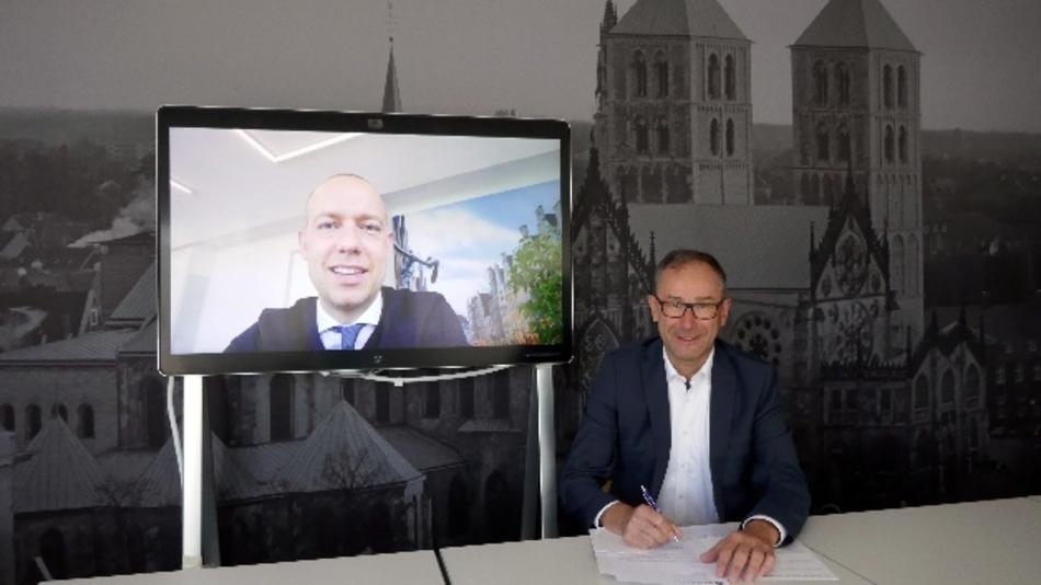 Sebastian Jurczyk (l.), Geschäftsführer Stadtwerke Münster, und Bruno Jacobfeuerborn haben eine Zusammenarbeit zum Mobilfunkausbau in Münster vereinbart.