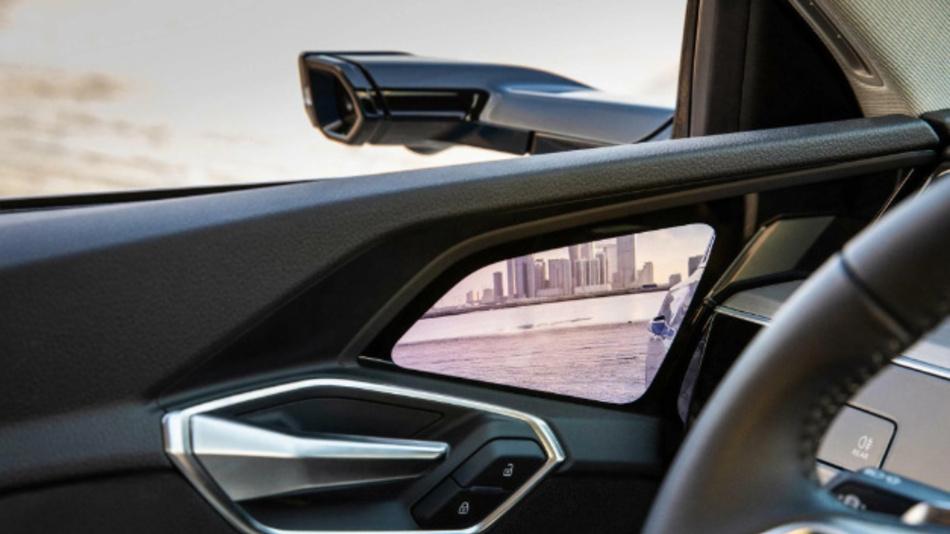 Virtueller Außenspiegel: Verglichen mit einem klassischen Außenspiegel erzeugt das Kamera-Spiegel-System weniger Windwiderstand und passt sich über Bildverarbeitung an verschiedene Fahrsituationen an.