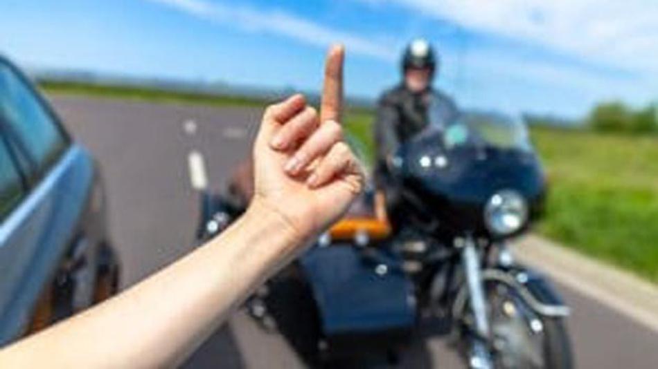 Laut einer repräsentativen Umfrage des TÜV-Verbandes beobachten Verkehrsteilnehmer immer mehr Aggression im Straßenverkehr.