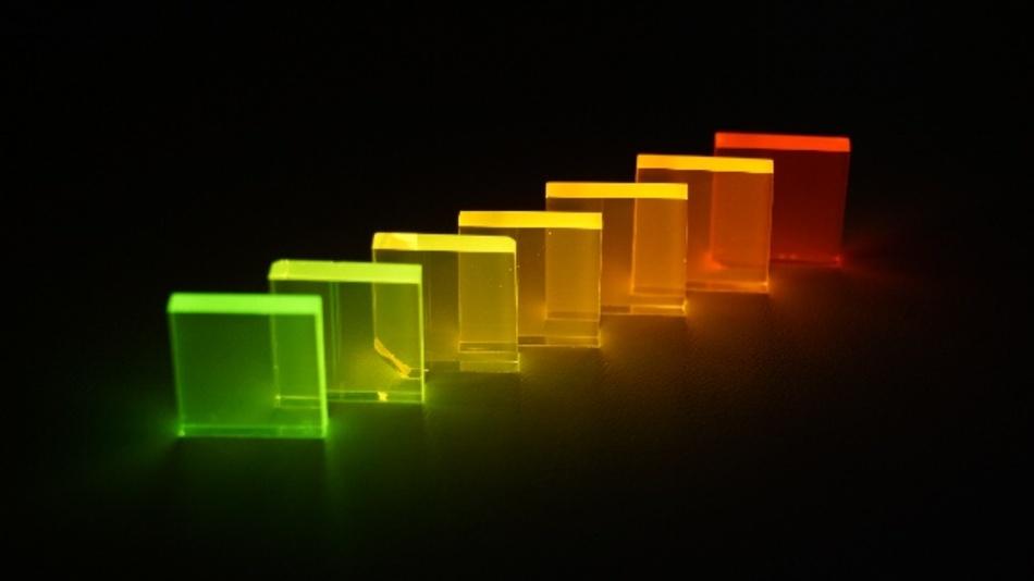 Abhängig von ihrer Temperatur können lumineszierende Gläser ihre Lichtfarbe verändern, was eine Anwendung als Temperaturmesser denkbar macht.