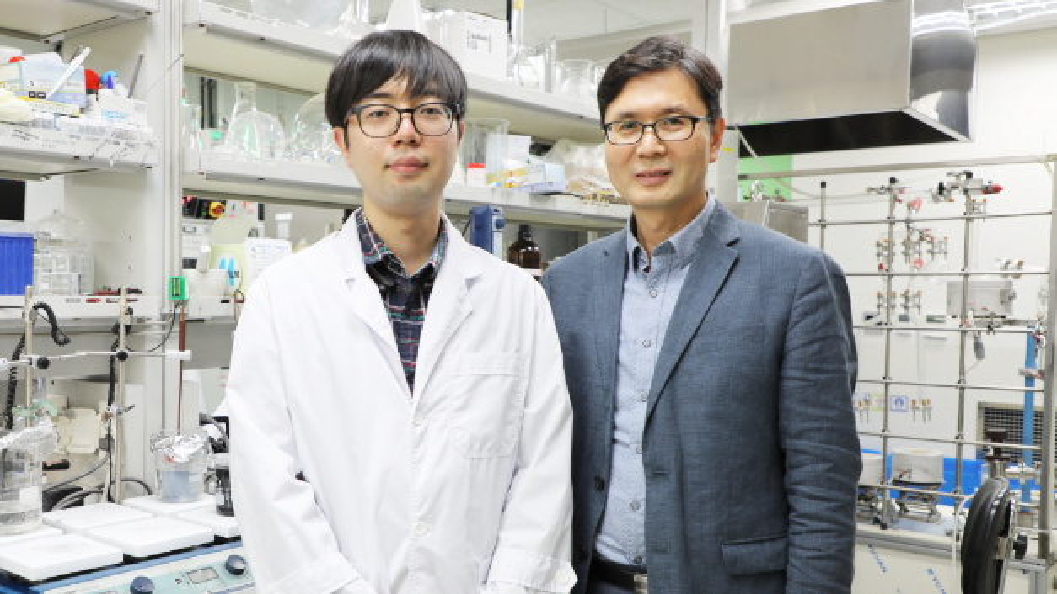 Erstautor der Studie und Promotionsstudent Byong-June Lee (links) neben Prof. Jong-Sung Yu vom Department of Energy Science and Engineering, Daegu Gyeongbuk Institute of Science & Technology (DGIST).