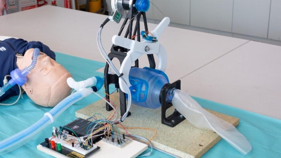 Das Beatmungsgerät besteht aus einem Motor, der über zwei Hebel (im Bild weiß) zyklisch auf einen Luftsack drückt, einem Steuergerät und Anschlüssen für Sauerstoff und Beatmungsschläuche. Alle Komponenten sollen noch in ein Gehäuse integriert werden.