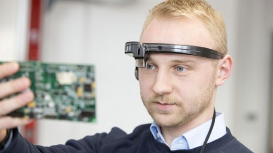 Mithilfe einer Augmented-Reality-Brille versteht der digitale Assistent, was der Träger sieht. So können Maschine und Mensch in Echtzeit kommunizieren.