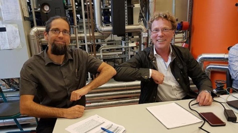 Johannes Gulden, Leiter des Instituts für Regenerative EnergieSysteme (links), und Christian Schweitzer, Geschäftsführer vonbse Engineering Leipzig, ist die Produktion von Methanol aus Wasserstoff und Kohlendioxid gelungen.