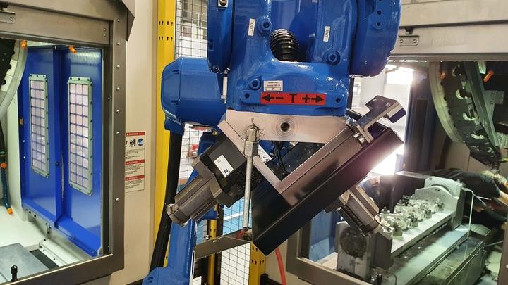 Der Roboter fährt seitlich über spezielle Automationstüren in die beiden Maschinen ein, die somit für den Bediener über die Fronttüren für Rüstvorgänge und Kleinserien voll zugänglich sind. Die rechtwinklige Anordnung sorgt für kurze Wege.