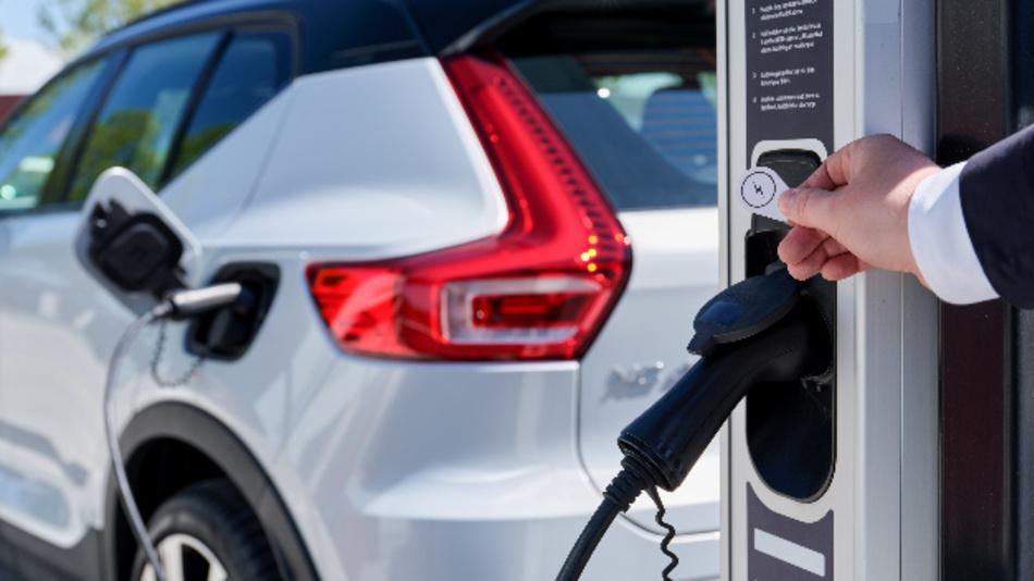 Mit jedem vollelektrischen Volvo erhalten Kunden nun ein Plugsurfing-Konto.