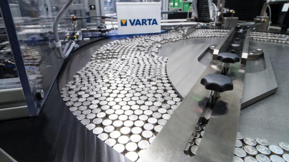 Produktion von Mikrobatterien bei Varta.