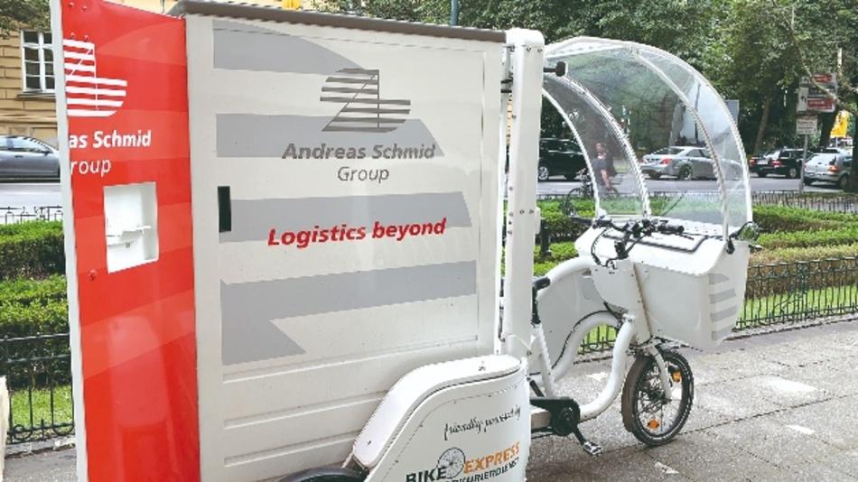 Bequem und flott unterwegs – Andreas Schmid Logistik ist seit Herbst 2019 mit Elektro-Lastenrädern testweise in der Augsburger City unterwegs. Die E-Lastenräder werden mit zwei Hochleistungsakkus betrieben. Die maximale Nutzlast liegt bei 180kg.